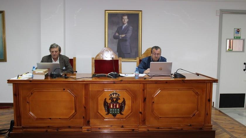 El alcalde y el secretario, durante el Pleno Ordinario telemático.