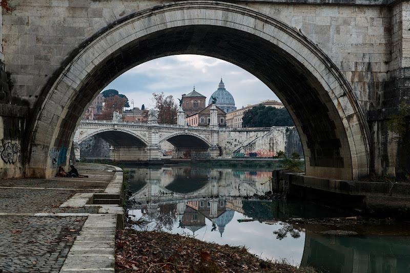 Lungo il Tevere, attraverso il ponte di Tindara