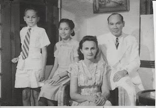 Photo: vader en moeder Rodrigues met dochter en zoon