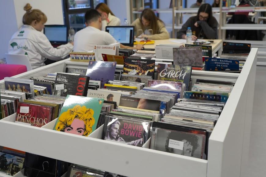 Discos y CD en los fondos de la biblioteca José María Artero.