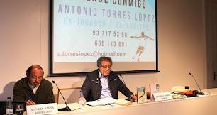 Antonio Torres en una de sus clases de fútbol en Barcelona.