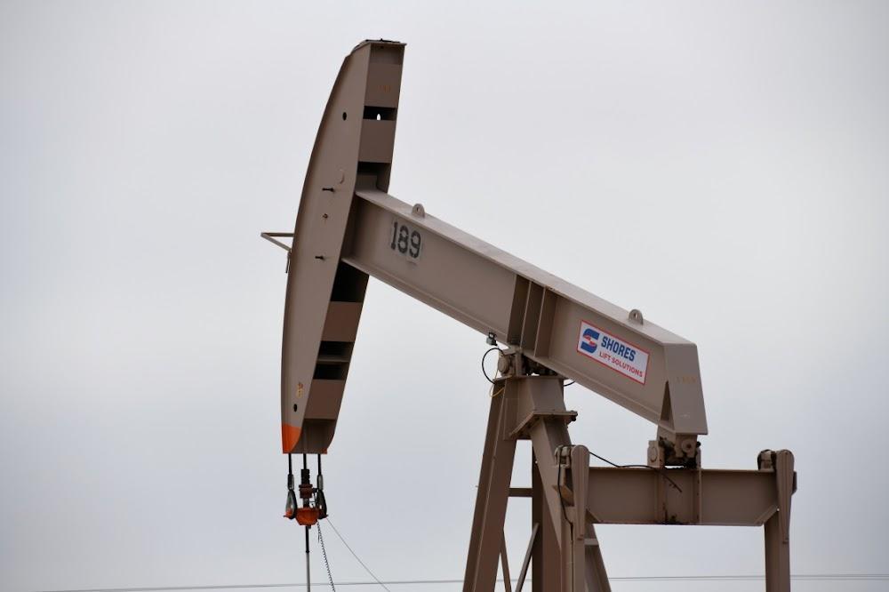 Oliepryse daal weens stygende Amerikaanse skalieproduksie en kommer oor die handeloorlog