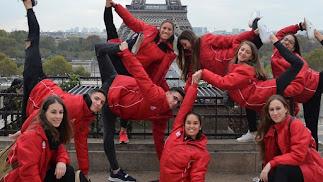 Los deportistas almerienses ante la Torre Eiffel.