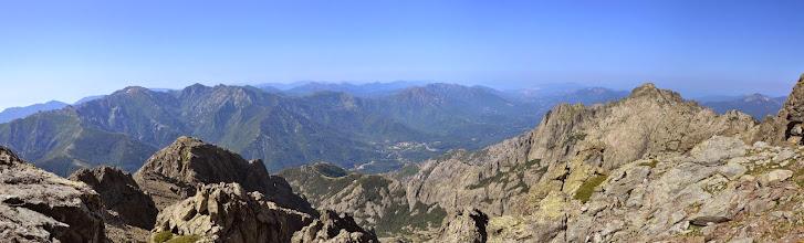 Photo: panorama niekoľko metrov pod vrcholom, pohľad na dolinu rieky la Gravona, vidno tam aj mestečko asi Bocognano, vpravo Pointe Migliarello /2254 m/