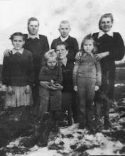 Photo: 1- oje eilėje iš dešinės: Elvyra, Sončiūtė Vida su mama Aniceta Brazdeikyte-Stončiene, Vida. 2- oje eilėje iš dešinės: Danutė, Juozas ir Zina.
