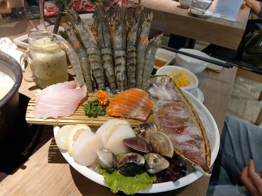 食材新鮮 份量澎湃 甜點富誠意 但湯頭較為清淡 用餐前需先行評估口味 有配合的app與當月壽星會更加優惠哦
