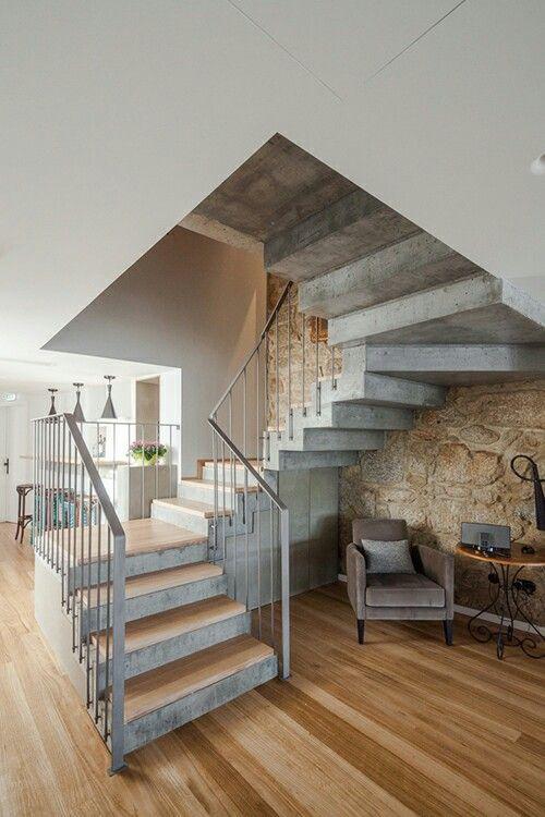 Betonowe schody wykończone drewnem wyglądają elegancko