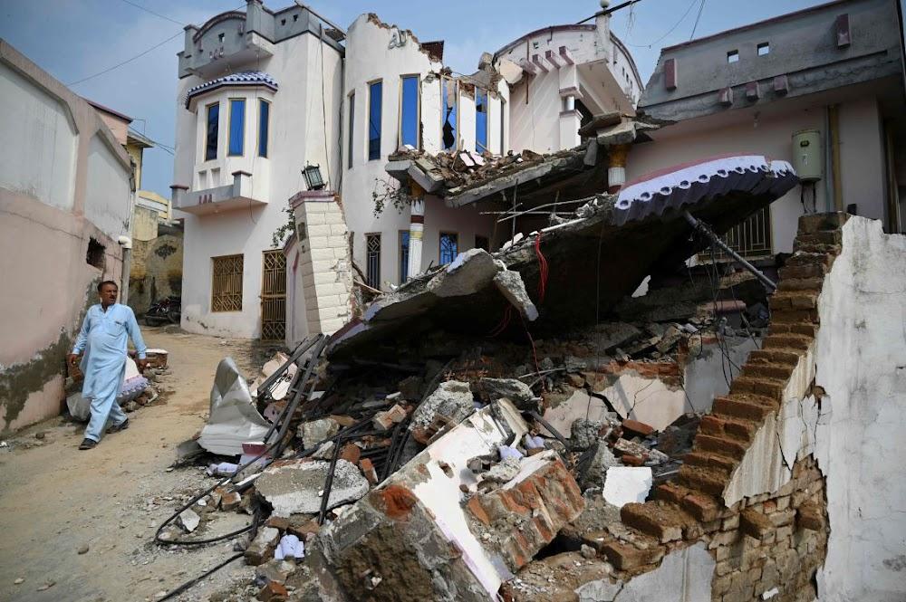 Die aardbewing in Pakistan maak minstens 25 dood met honderde beseerdes