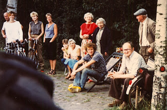 Photo: v.l.n.r. staand: Riekus Homan, Marieke Oldejans, Lucretia Homan, Hilje Oldejans-Schuiling, Jantiena Homan-Braams en haar moeder Rikie Braams-Speelman en Jan Braams. Zittend: Frouwke Mennega, Martha Mennega-Stenveld, Gezienus Mennega en Albert Mennega