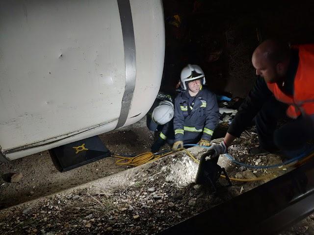 Tres dotaciones de 6 bomberos han trabajado en las labores de retirada del camión.