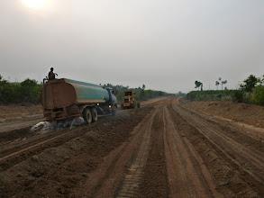 Photo: K Yarinovu velkému překvapení na druhém břehu Mekongu už staví asfaltku.