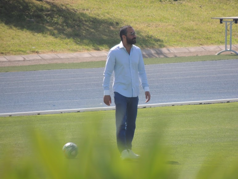 Mohamed El Assy viendo el entrenamiento.