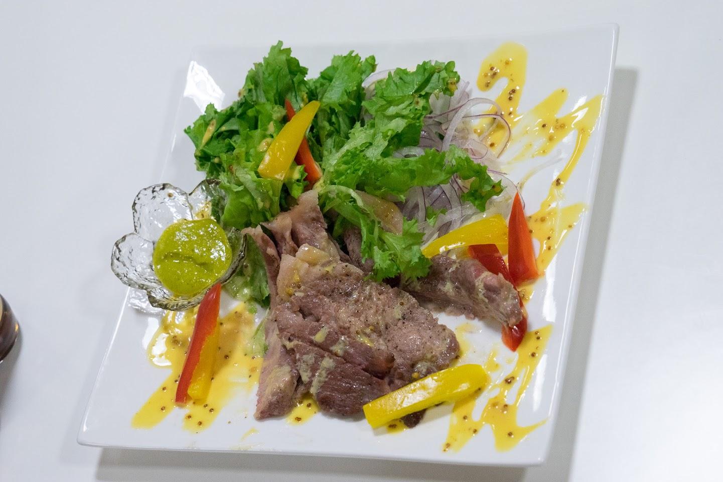 牛肉のステーキ・マスタード入ひまわりオイルドレッシング