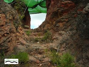 """Photo: Vista del """"Portillo"""" desde Filón Sur, puede observarse los escalones labrados en la piedra. A mano izquierda hay un hueco o nicho, que bien podía ser un lucernario, al igual que los de las galerías romanas."""