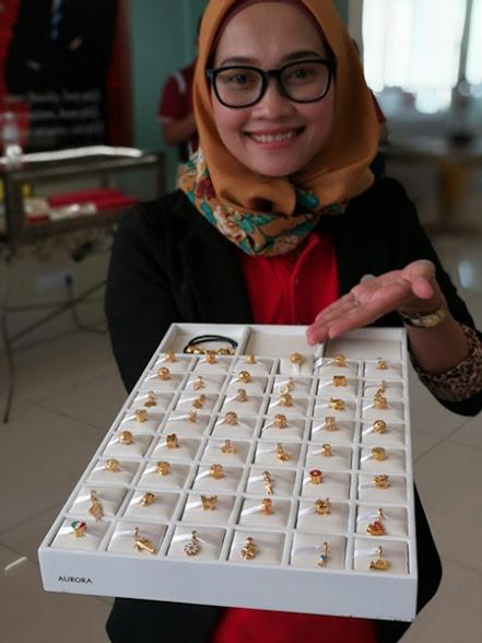 Puan Mira menayangkan koleksi barang kemas Aurora Italia setiap satu rekaan hanya dihasilkan 100 biji sahaja.