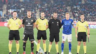 De la Fuente Ramos con su equipo arbitral y los capitanes de Almería y Real Oviedo.