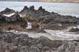 Photo: le onde riempiono le formazioni laviche