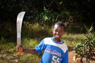Photo: Erik a moje mačeta. Pomocník se dřevem, jeho otec je dřevař.