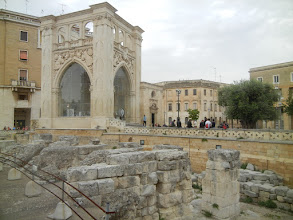 Photo: Sedile, Lecce, with ruins of the Roman Theater in the foreground