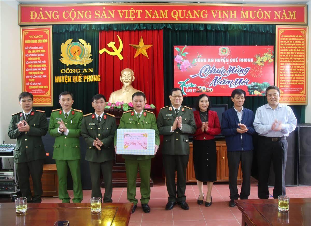 Thiếu tướng Nguyễn Hữu Cầu, Giám đốc Công an tỉnh tặng quà Công an huyện Quế Phong