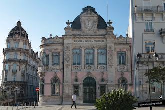 Photo: 3: Por si necesitas dinero, en esta plaza también está el Banco de Portugal, que seguro que te presta lo que necesites...