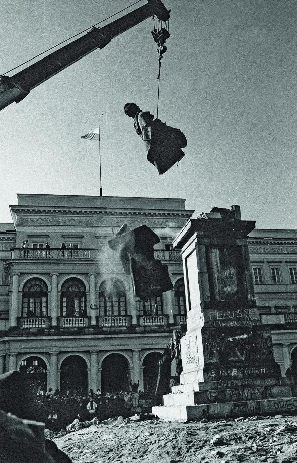 Знесення пам'ятника Феліксові Дзержинському наоднойменній площі уВаршаві, 17листопада 1989 року. Нині має назву– Банкова