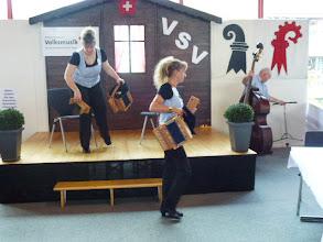 Photo: Am VSV Stand die beiden Empfansdamen. Links Lucie Beer und Beatrice Tschümberlin