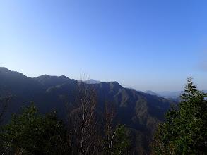右に展望(戸倉山と左奥に熊伏山)