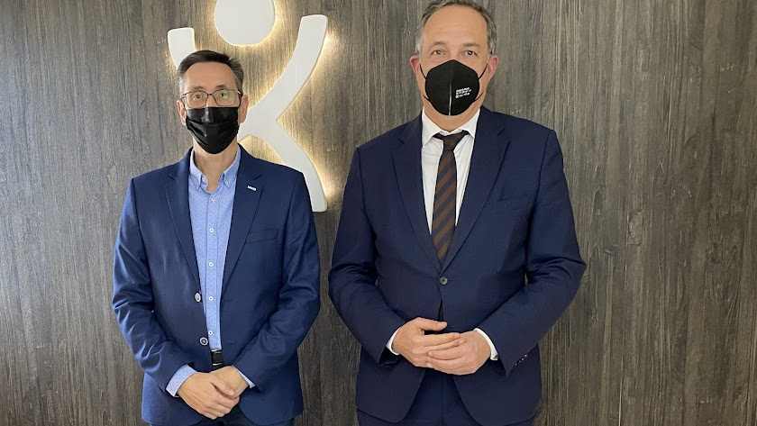 El presidente de los empresarios turísticos (izquierda) con el delegado provincial de Turismo.