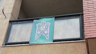 Balcones decorados con el Simpecado de la Hermandad del Rocío de Almería.