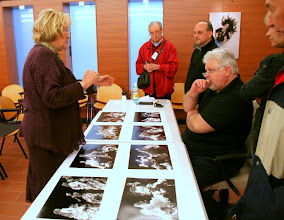 Photo: Tullio FRAGIACOMO ascolta con attenzione la spiegazione di Olga MICOL