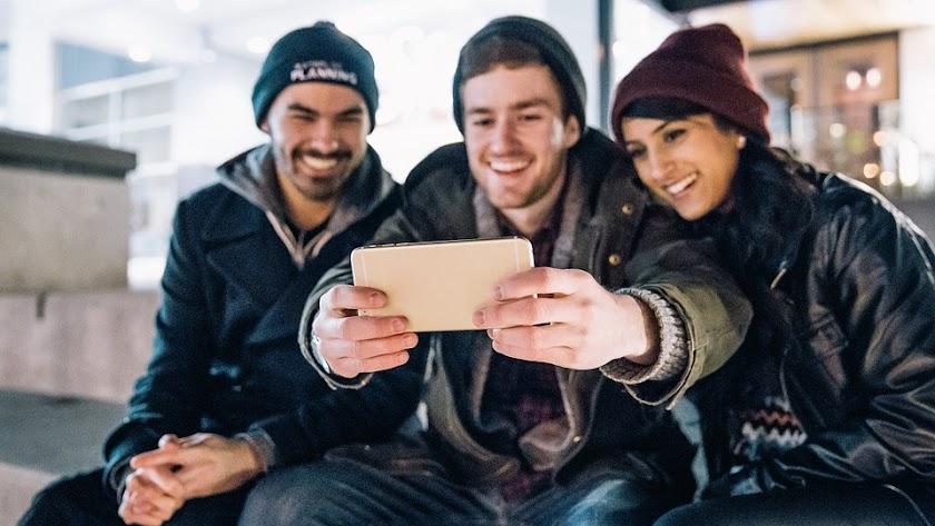 Jóvenes pasando el tiempo con el móvil