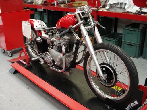 La moto de Bill Carbu en cours de montage