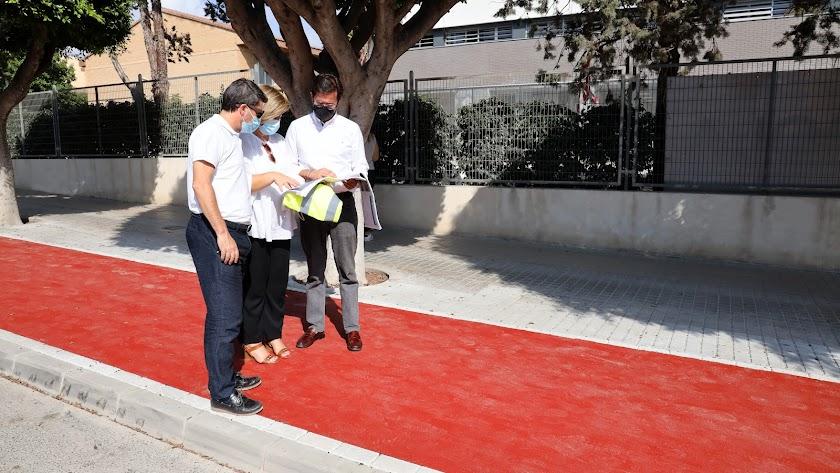 El alcalde, Francisco Góngora, comprobando los trabajos en una de las vías.