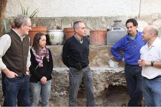 Photo: Durante la visita al yacimiento, el director del mismo, Fco. Javier Gutiérrez, explico a D. Carlos Laliena y sus alumnos las características generales de las necrópolis y lo que singularizan ésta de Tauste,