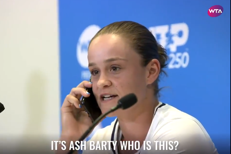 🎥 Heerlijk: Ashleigh Barty neemt gsm van journalist op tijdens persconferentie
