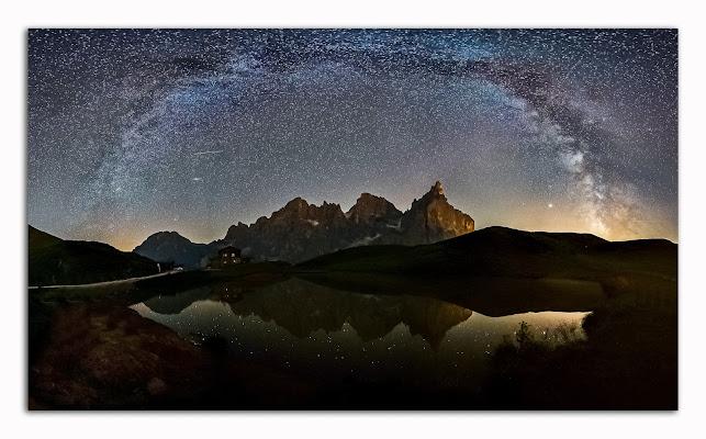 Più buia la notte, più luminose le stelle. Arco della via lattea da baita Segantini Pale di S.Martino di aliscaforotto