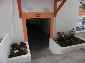 Photo: Κήπος μεταξύ των δύο οικοδομών-Garden between two bildings
