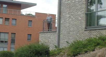 Photo: deze dame keek de wandelaars na vanop haar terras