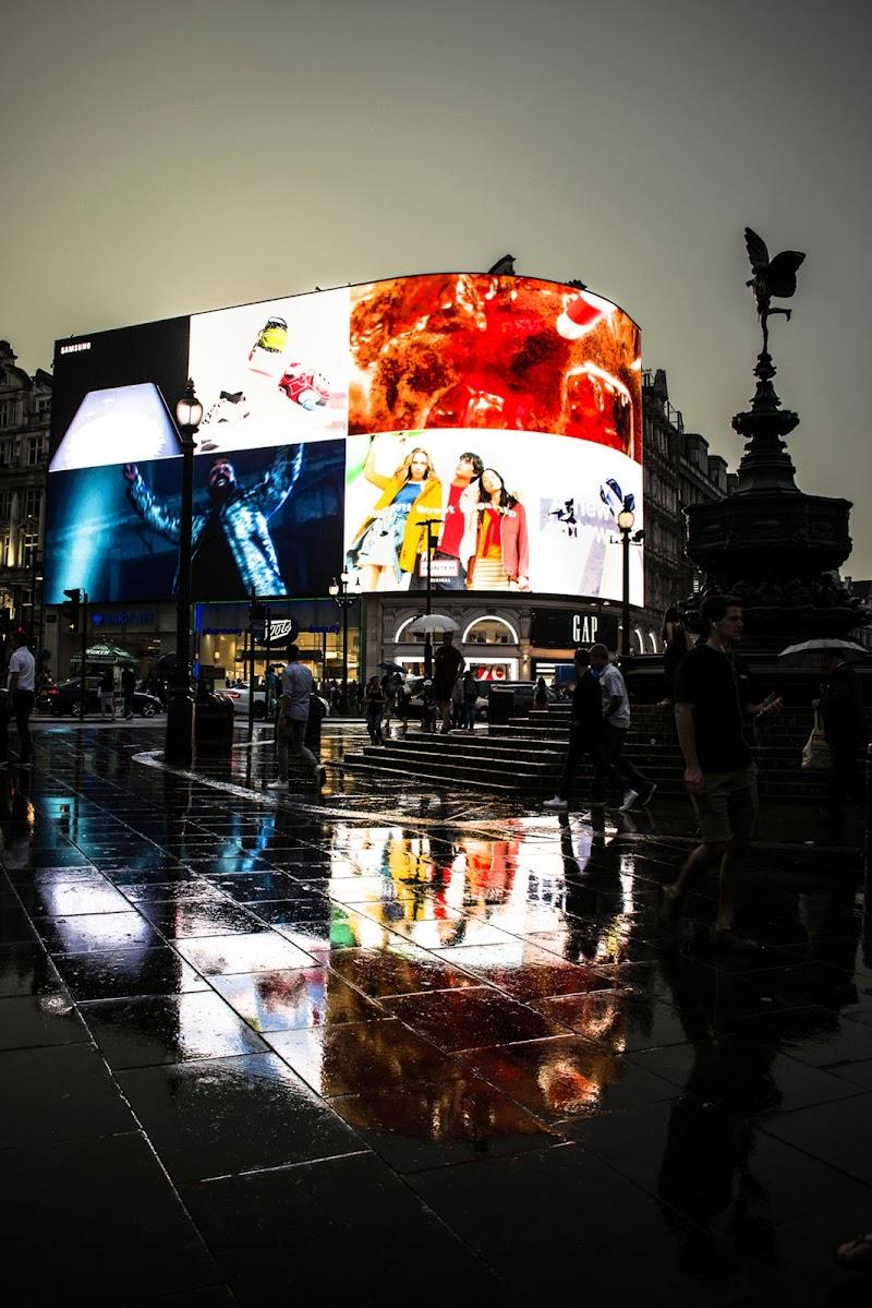 Riflesso improvvisato: notte di pioggia a Piccadilly Circus di silviagrungo
