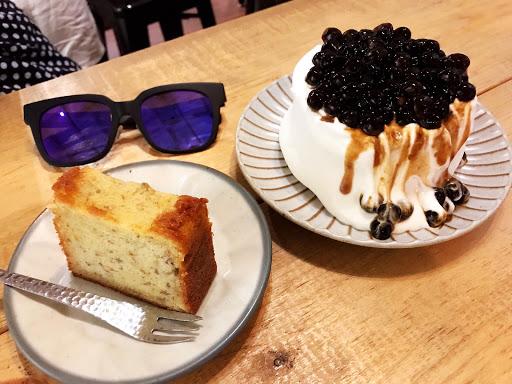 不適合親子同遊的咖啡館,七歲以上每人需要選購一杯飲料,不含甜點!我個人覺得這樣的低消標準太高了。甜點推薦有特色,飲料還好。