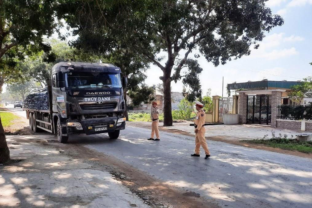 Cảnh sát giao thông kiểm tra niên hạn sử dụng của xe tải