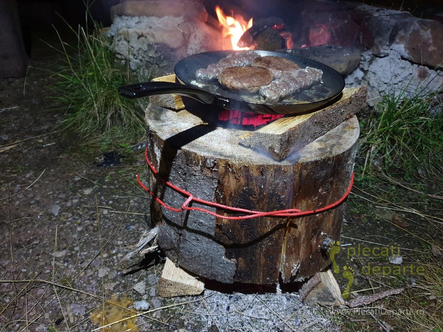 Mancare gatita folosind Torta Suedeza, in zona de campare, in Parcul Natural Apuseni zona Padis. Idee camping, idee cand mergi cu cortul