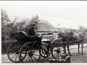 "Photo: 1918. ""Pier"" Per Andersen, Stævnbakgaard, henter sin sin brud, Karen Elise Hansen i hendes hjem i Bigum."