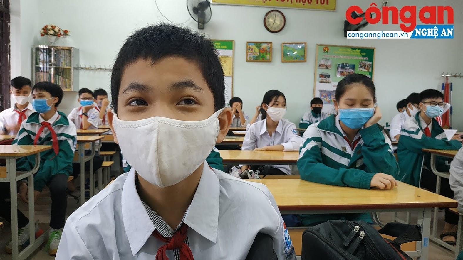 Nhà trường cũng yêu cầu 100% học sinh đến lớp đều đeo khẩu trang