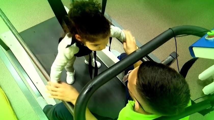 Tratamientos intensivos de InterActúa  en niños con parálisis cerebral : reeducación de la marcha en tapiz rodante.