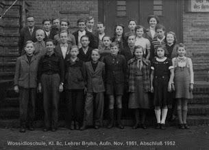Photo: Klasse 8c 1951 ( Fotoatelier Grebenstein) . Der Klassenlehrer war Herr Bruhn. Im 2. Halbjahr wurde Dr. Bruno Romberg (1892 - 1969 ) unser Klassenlehrer bis zum Abschluß am 6. Juli 1952. Der Schuldirektor war Joachim Dummer. Die Namen--1. Reihe von oben links : Lehrer Hr. Bruhn, Harri Dethloff, Edwin Canzler, Axel Zirzow, Dieter Traeder, Dietrich Käding, Fred Klodtmann, Jutta Mense, Herbert v. Schudnad, Hannelore Bess. 2. Reihe : Peter Wilken, Manfred Müller-Ahrends, Harald Wolf, Gerhard Segert, ?? Fleischer, Waltraud Ott, Hanna Wegner, Marianne Fischer, 3. Reihe: Gernot Moeller, Alfred Lerch, Joachim Hoffmann, Peter Müller, Horst Mielke, Christa Linck, Eveline Hasse, Dagmar Boszek.