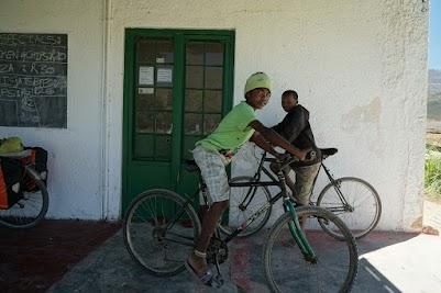 Jungen mit Fahrrädern in christlicher Mission