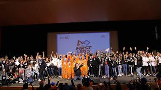Foto de familia de los 16 equipos participantes en la Firstf Lego League de la UAL.