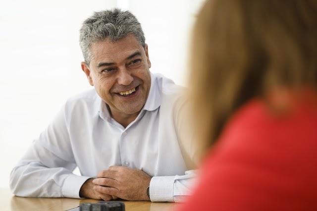 El rector y catedrático de Estadística de la UAL, en un gesto durante la entrevista.